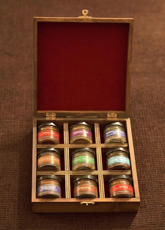 Bild mit der individuellen deluxe Geschenkbox. Sie ist aus Holz und beinhaltet 9 Minis der Kollektion Best of.