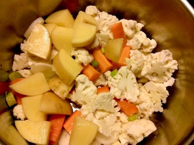 Bild zum Rezept Blumenkohl-Curry-Suppe. Geschnittenes Gemüse wird angedünstet bevor es mit Wein und Wasser abgelöscht und weich gekocht wird.
