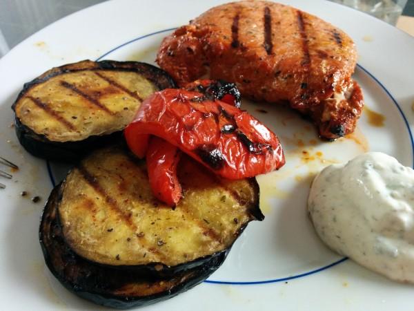 Bild zum Rezept Marinade für Grillgemüse. Fertig gegrilltes Gemüse mit Fleisch und Dipp.