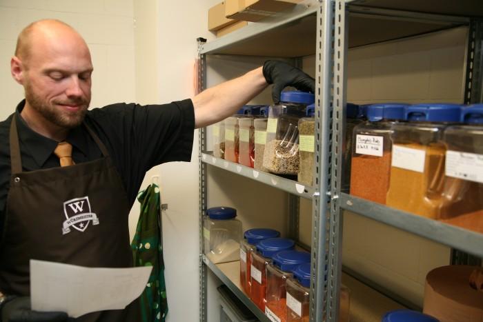 Bild zum Beitrag Würzmeister gewinnt den Jungunternehmerpreis Kloten 2014. Yves holt die benötigten Gewürze nach Rezept aus dem Lager.